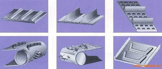 波状挡边输送带由基带、挡边、横隔板3部分组成。挡边起防止物料测滑撒落的作用。为便于绕过滚筒,档边设计成波纹状;波状挡边输送带横隔板的作用是承托物料,为了实现大倾角输送,采用T型TC型。波状挡边输送带档边和横隔板是用二次硫化的方法与基带连接的,具有很高的连接强度