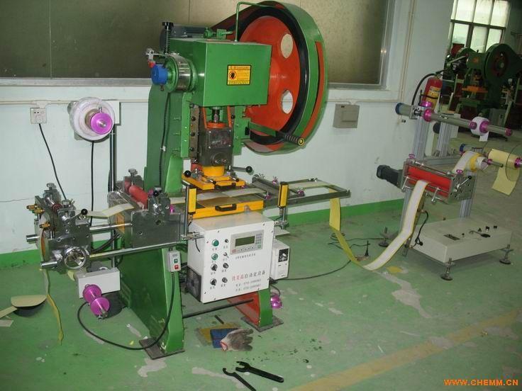 1.机器运行稳定,噪音小,操作简单,维护方便;   2.自动送料装置可拉料或送料,最大送料离跳距为180mm,包胶滚桶使自动送料跳距更加准确,误差0.05mm;   3.机器最大模切面积为200x200,模切速度为120次/min.   4.对比一般模切机,具有冲压力度大的特点,较厚较硬的材料均可模切,冲出产品无毛刺;适用范围广;   5.