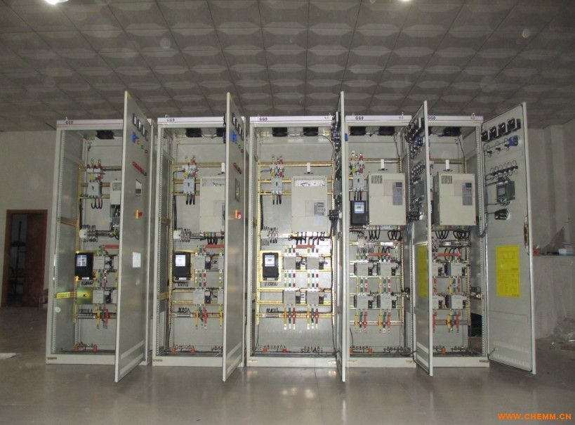 宇恒电气YH系列变频控制柜充分吸收国内外变频控制柜的先进经验,经多年的生产和应用,不断完善优化,精心设计制作而成。该产品具有过载、短路、缺相保护以及电机超温及漏电等多种保护功能及齐全的状态显示。 变频控制柜主要用于调节设备的工作频率,减少能源损耗,能够平稳启动设备,减少设备直接启动时产生的大电流对电机的损害;多用于恒压供水,中央空调,锅炉,风机水泵,空压机等机械设备以及暖通空调冷热水循环等多种场合的自动控制系统。