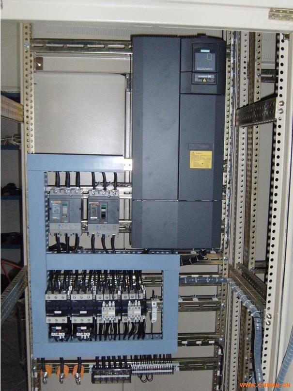 变频控制柜主要用于调节设备的工作频率,减少能源损耗,能够平稳启动设备,减少设备直接启动时产生的大电流对电机的损害。同时自带模拟量输入(速度控制或 反馈信号用),PID控制,泵切换控制(用于恒压),通信功能,宏功能(针对不同的场合有不同的参数设定),多段速等等。可广泛适用于工农业生产及各类建 筑的给水、排水、消防、喷淋管网增压以及暖通空调冷热水循环等多种场合的自动控制。