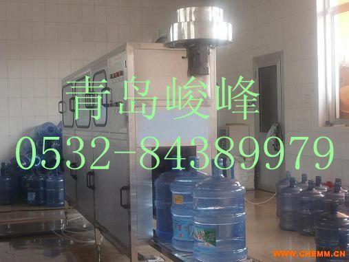 全自动5加仑大桶水灌装机灌装设备青岛峻峰水处理0532-84389979 冲洗--灌装--封盖 三合一灌装机主要组成部分 1、拔盖 2、桶外洗机 3、桶内洗机 4、灌装 5、封盖 6、瓶口套膜  纯净水灌装机是纯净水厂生产的主要设备之一,它是以国外先进技术为基础,根据纯净水等饮品的灌装工艺要求研制而成的。 1.