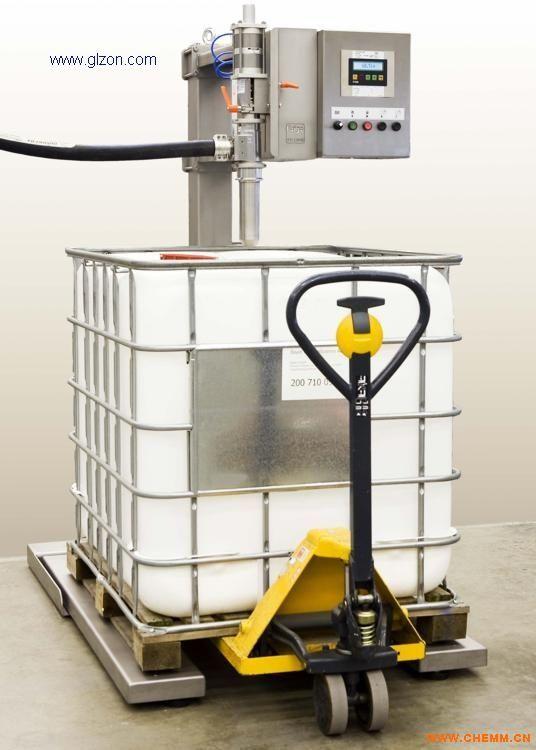 适用于:IBC吨桶有泡沫液体的定量灌装 基本参数 最大秤量:1200kg 最小感量:0.2kg 灌装范围:10-1000kg 灌装误差: 0.2-0.3kg(视流速和脉冲力) 使用电源:AC220/50Hz 使用气源:0.8Mpa 使用温度:-10-50 系统特点 1、四个50-200kg桶可同时放在栈板上,人工对准桶口后进行逐个灌装,免除单桶灌装后堆放栈板的麻烦; 2、 称重显示控制仪表及称重传感器; 3、灌装枪装于特制的装置上,人工拉手可前后左右自由伸缩转动对桶; 4、灌装枪采用插入式灌注,避免造