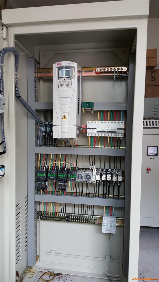 北京变频恒压供水设备 变频恒压供水设备是由无负压置压装置和变频恒压无声管中泵组成的供水设备。无负压置压装置分为开式和闭式,开式流量调节器为不锈钢水塔,闭式流量调节器为不锈钢压力罐。将系统设备串接在市政自来水管网压力不足的地方,设备通过传感器检测出口压力,将检测值和设定值进行比较,运算出在市政自来水管网的原有压力基础上需要增加的压力,确定电机及水泵投入台套数和变频器输出频率(反应到电机及水泵为转速)以符合用水曲线实现恒压。 变频恒压供水设备最大限度地利用了市政自来水管网的原有压力,对市政管网不构成负压,且可