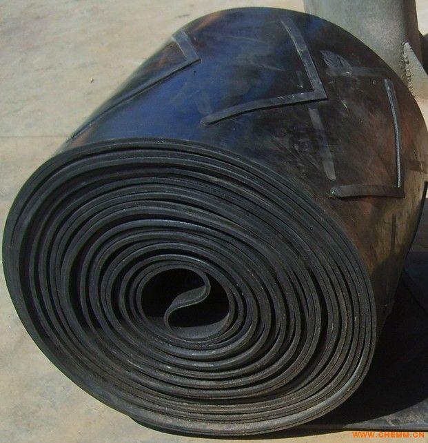花纹胶带m花纹输送带m花纹皮带m花纹橡胶带,花纹输送带是由工作面为花纹状的复盖胶和非工作面为平面的复盖胶与带芯构成的倾角输送带。特点:适用于倾角为0~40物料的输送,防止物料下滑。花纹形式:人字型,八字型,凹坑型,U型,V型。带宽:300~1600mm花纹高:5,10,15,20mm 注:花纹形状可依用户要求设计。  1.