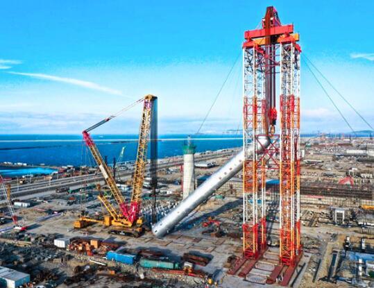 在5200吨级液压提升门架系统的配合下,重达3025吨的反应器平稳吊起.图片