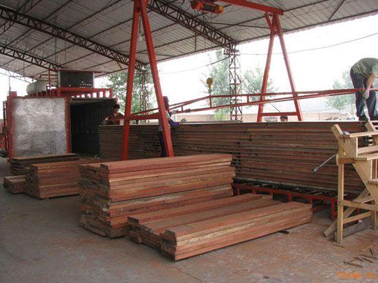 真空木材干燥设备特点: 1、干燥质量好(合格率超过99%): a、无开裂 b、无霉(蓝)变。 c、不会出现表面硬化。 d、无开裂(齐板材宽度不超过1000mm) e、无干燥不均匀现象。 f、在干燥过程中可将原来弯曲板材中(含水率大于20%)75-85%压平压直,提高木材利用率。 2、干燥速度快(95%的商用木材的最长干燥周期不超过100小时)。 3、运行成本低(95%的商用木材每立方米的干燥成本不超过75元)。 4、一次有效装材量:1-18立方米/台。 5、被干木料厚度范围:0.