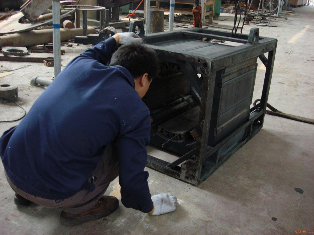 我公司供应进口碳刷:罗兰碳刷,摩根碳刷,德国Schunk碳刷,可以根据用户需要完全定制; 我们使用进口的先进生产设备及检测仪器,采用进口的材料进行生产,为广大用户提供性能优异的工业碳素产品(碳刷,机械密封),除在规格、款式、材质上可完全按照客户的要求之外,更可提供针对性的专业意见及一流的售后服务,欢迎来电来函询问订购。注:订购需提供碳刷样板或图纸。 产品介绍: 碳刷作为一种滑动接触件,在许多电气设备中得到广泛的应用。我们可以根据不同的工业应用领域推荐和提供合适的碳刷牌号。我们产品材质主要有电化石墨,浸脂石