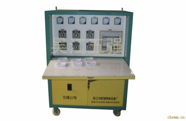 使用电加热器对工件进行焊前预热,焊后消氢时,必须配有温度控制箱,完成温度的升、恒、降多种变化;LWK-B型温度控制箱采用电子调节仪作温控表,主电路采用可控硅过零触发方式输出,能满足不同工件的焊前预热和焊后消氢工作,控温准确,操作方便,并配有自动温度记录仪,根据用户需要输出电压,可配有0-220V调压功能。