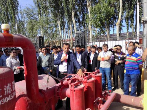 伽师县水利局高效节水办公室主任沙迪克江为学员讲解滴灌首部系统过滤器等方面的应用及注意事项
